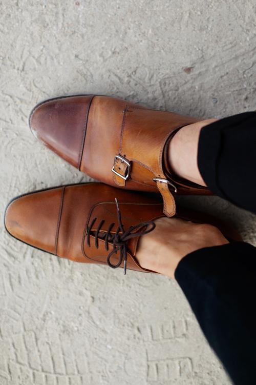 scarpe uomo in cuoio chiaro. Una allacciata ed una con la doppia fibbia