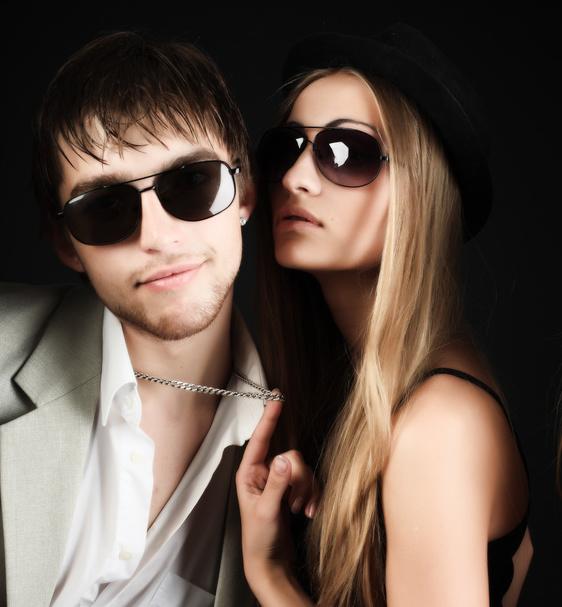 uomo e donna con occhiali da sole